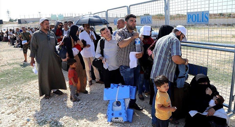 Bayram için ülkelerine giden Suriyeliler, sınır kapılarında uzun kuyruklar oluşturuyor.