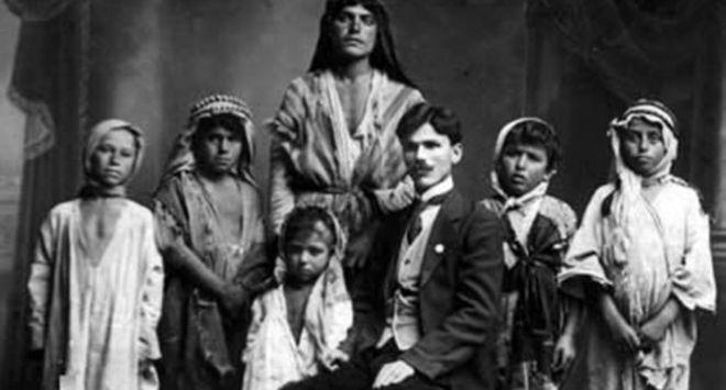 Der Zor çölünden toplanan Ermeni yetimler, ortada David Adamyan, 1919