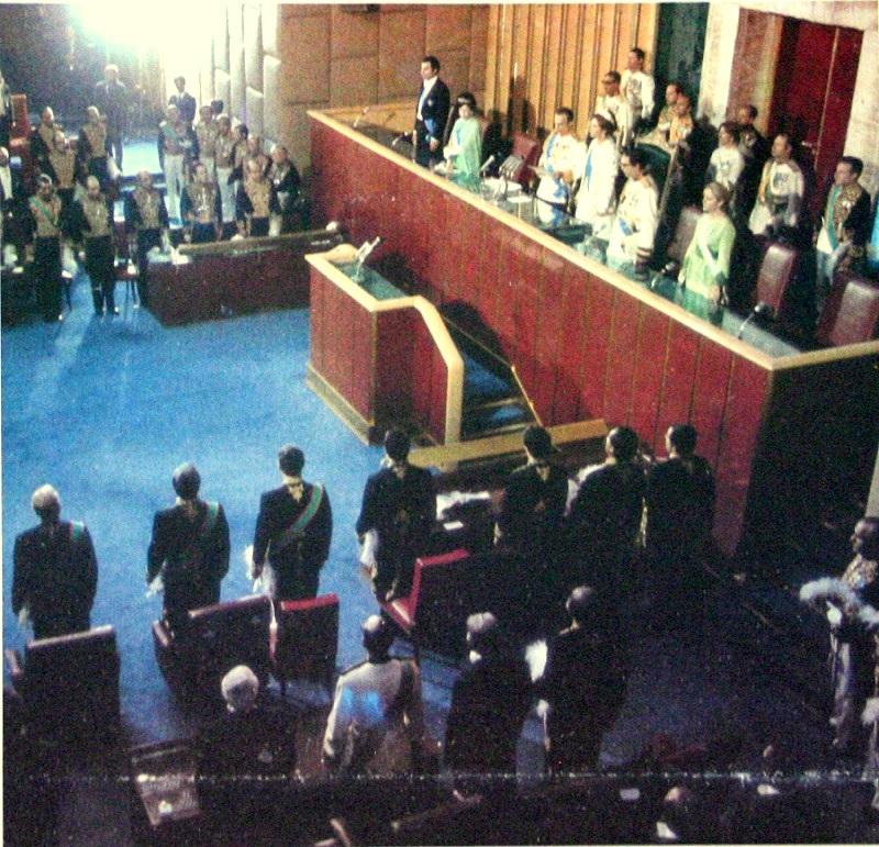 Şah Muhammed Rıza Pehlevi ve ailesi İran Senatosunda (Tahran 1975)