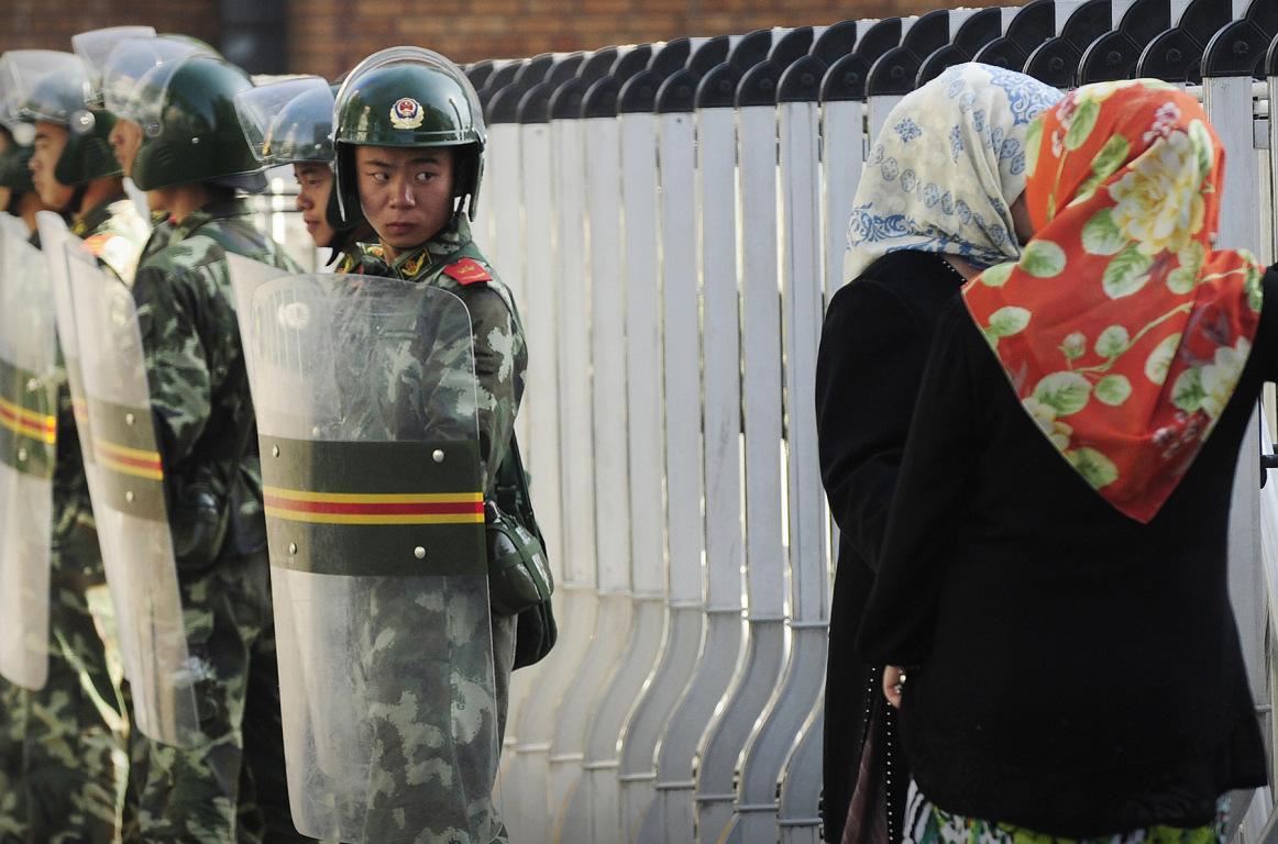 Çinli güvenlik görevlisinin Uygur Türkü Kadınlara Bakışı
