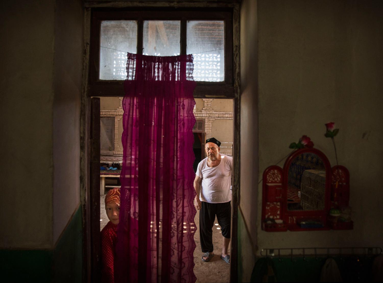 Kevin Frayer—Getty Images Sincan - Turfan'da Kurban Bayramı yemeğinden sonra bir Uygur ve torunu 12 Eylül 2016.
