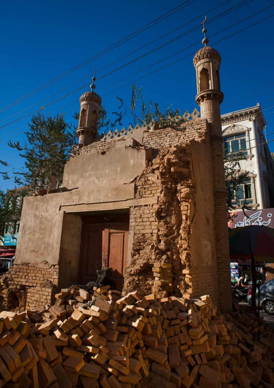 Çin hükümeti aşırılıkla mücadele adı altında camileri ve türbeleri yıkıyor