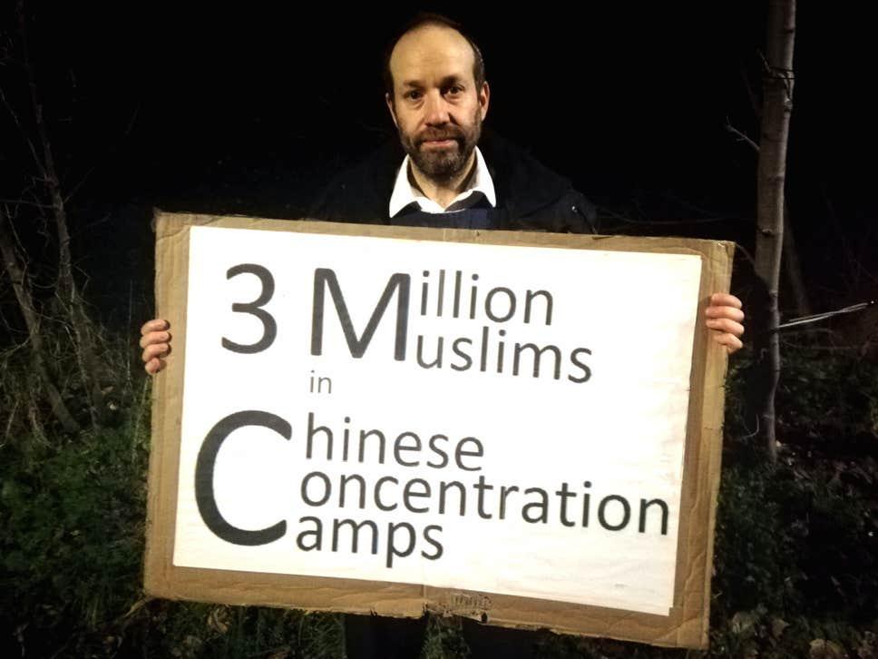 Uygur Türkleri için Çin'i protesto ediyor