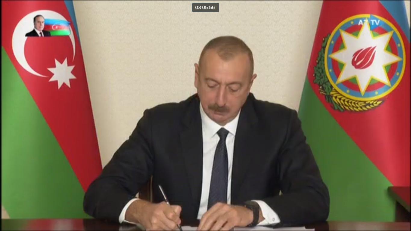 Aliyev Antlaşmayı İmzalıyor