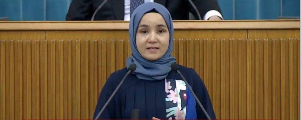 Uygur Türkü kadın grup toplantısında kürsüye çıktı.