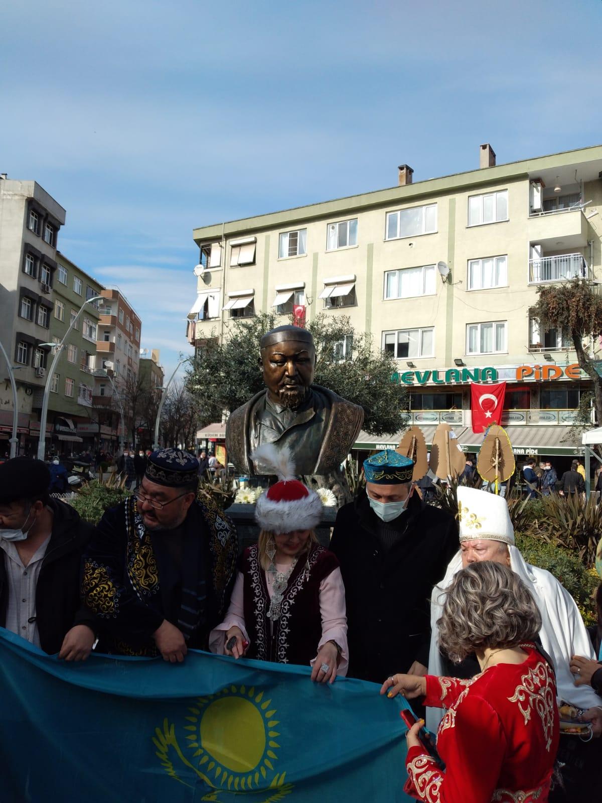 Zeytinburnu'ndaki meydana ünlü Kazak Türkü şairin adı verildi