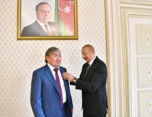 Azerbaycan'dan Olcas Süleymanov'a Şeref Madalyası